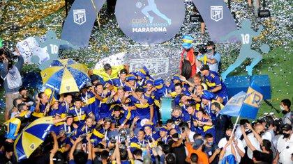 Soccer Football - Copa Diego Maradona - Final - Boca Juniors v Banfield - Estadio San Juan del Bicentenario, San Juan, Argentina - January 17, 2021 Boca Juniors players celebrate with the trophy Pool via REUTERS/Andres Larrovere