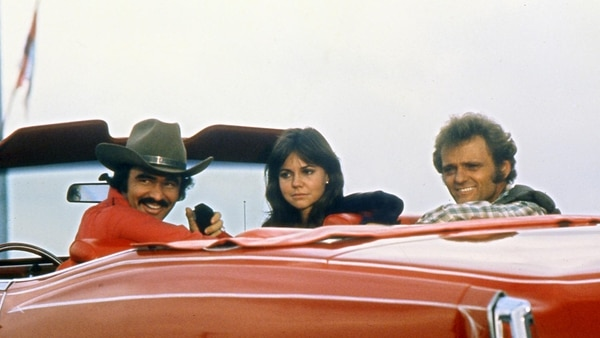 """Smokey and the Bandit"" con Burt Reynolds, Sally Field y Jerry Reed (The Grosby Group)"
