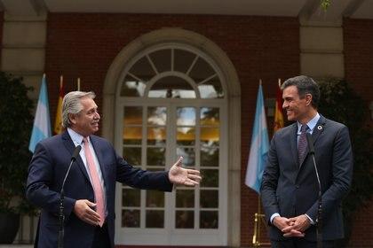 11/05/2021 El presidente de la República Argentina, Alberto Fernández (i) y el presidente del Gobierno, Pedro Sánchez (d) intervienen en el Complejo de la Moncloa, a 11 de mayo de 2021, en Madrid (España). La visita se produje después de que el Gobierno enviara la semana pasada una carta a la presidenta de la Comisión Europea, Ursula Von der Leyen, en la que expresa su deseo de que Bruselas dé un paso más en los contactos para tratar de desbloquear el acuerdo entre la UE y Mercosur, bloque del que Argentina forma parte. POLITICA C. de Luca. POOL