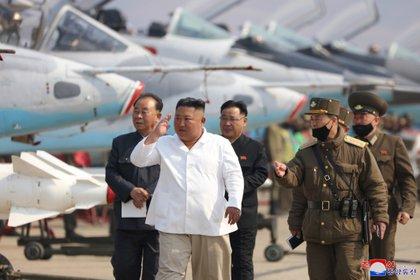 La prensa norcoreana difundió el 12 de abril las últimas fotos de Kim Jong-un, en una visita a una base militar, pero no precisó cuándo se realizó el evento (Reuters/KCNA)