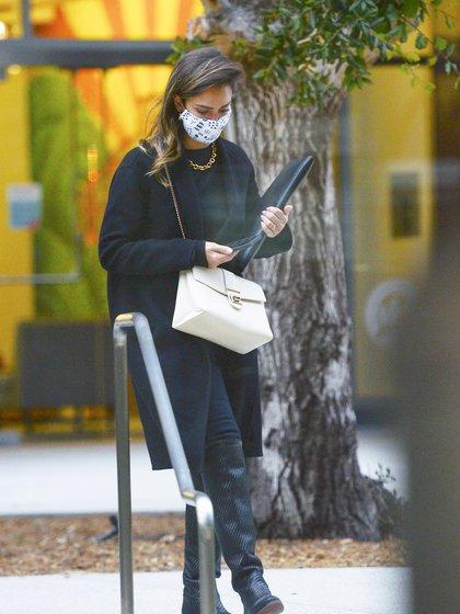 Jessica Alba fue vista llegando a una reunión de trabajo en Los Ángeles. Lució un look total black que combinó con cartera de cuero blanca y tapabocas estampado
