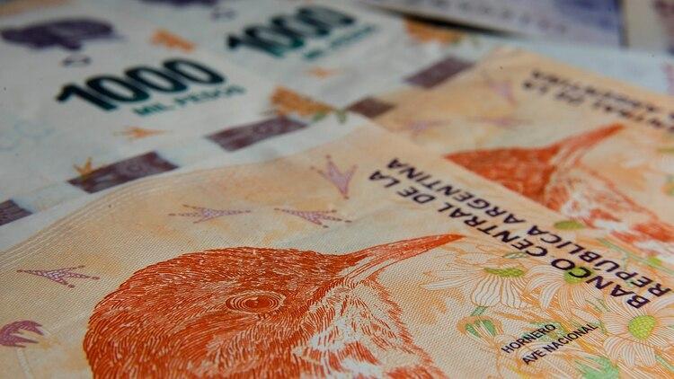 Actualmente, el billete de más alta denominación vale USD 14 al tipo de cambio oficial y USD 8 al tipo de cambio paralelo (Adrián Escandar)