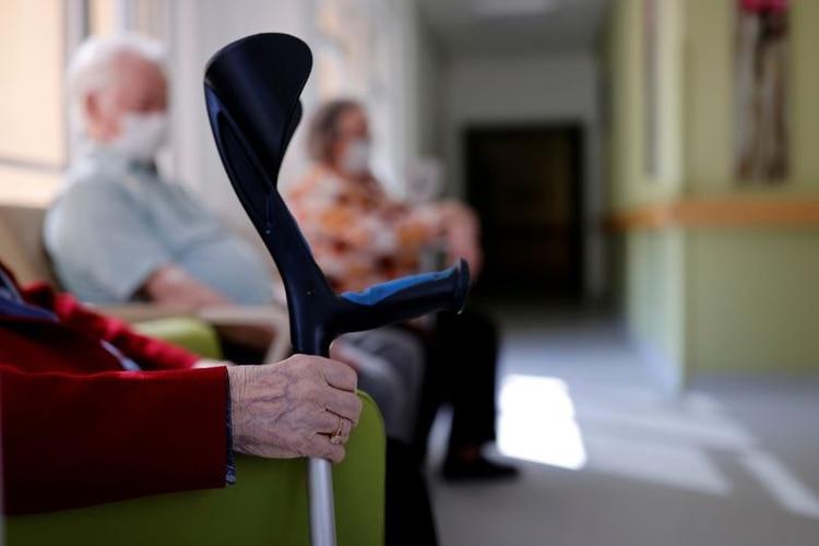 Para las personas mayores en atención residencial, los administradores y el personal deben garantizar que existan medidas de seguridad para prevenir la infección mutua y el brote de preocupaciones o pánico excesivos (REUTERS)