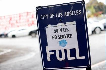 Un cartel alerta que no se atenderán personas que no usen barbijo en Los Ángeles, California. REUTERS/Mike Blake