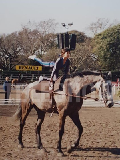 Silvina practicando equitación