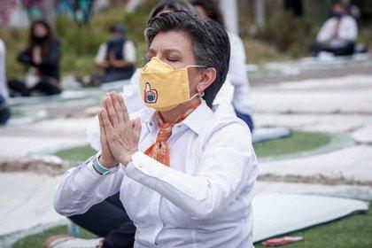 """La mandataria estuvo acompañada de al menos 50 asistentes que llegaron al centro de la ciudad para realizar este acto de """"meditación ancestral""""."""