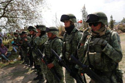 Elementos de la Sedena llegaron al lugar con el fin de retirar a la gente de la zona. (Foto: Henry Romero/Reuters)