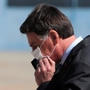 El presidente de Brasil, Jair Bolsonaro se ajusta la máscara facial para protegerse del coronavirus. En las últimas horas se conoció el deceso de la abuela de su esposa, víctima de COVID-19 (Reuters)