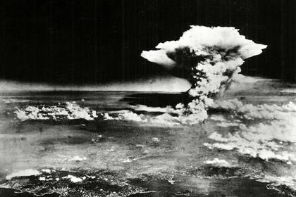"""Vista aérea de Hiroshima, instante después de la explosión de """"Little Boy"""" (Universal History Archive/UIG/Shutterstock)"""