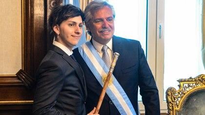 Alberto Fernández junto a su hijo en el despacho presidencial (Presidencia)