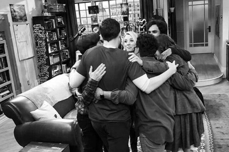 En su perfil de Instagram, Jim Parsons compartió esta fotografía de la última escena que rodaron en grupo. El rodaje de la temporada final desbordó momentos de emoción y tristeza, después de 12 años de grabación y de alcanzar todos juntos el estrellato (Foto: Instagram Jim Parsons/@therealjimparsons)