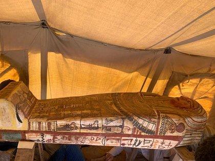 La imagen sin fecha muestra uno de los ataúdes de 2500 años descubiertos en un pozo funerario en el desierto cerca de la necrópolis de Saqqara en Egipto (Reuters)
