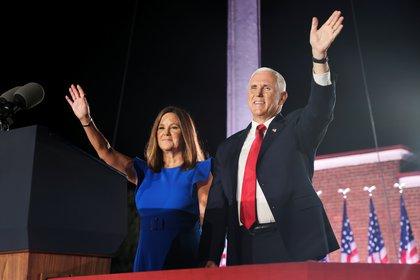 El vicepresidente con su esposa Karen Pence.  REUTERS / Jonathan Ernst