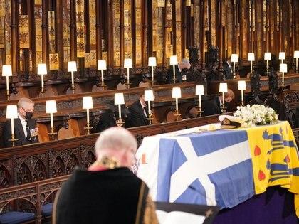 Dentro de la capilla, el príncipe Harry se sentó solo