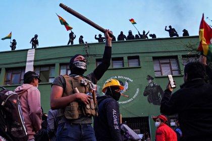 Policías amotinados en Cochabamba. (REUTERS/Danilo Balderrama)
