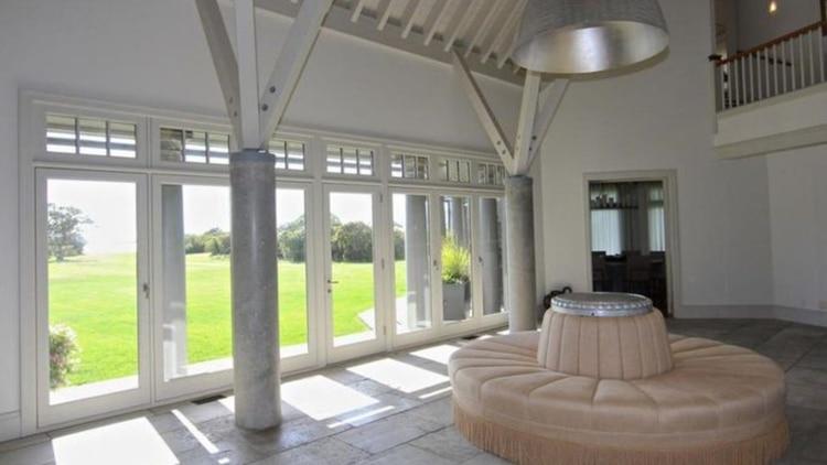 La residencia tiene techos abovedados y grandes vistas (Foto: Coldwell Banker)