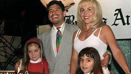 Diego Maradona, Claudia Villafañe y sus dos hijas, Dalma y Gianinna, a mediados de los 90, cuando todavía estaban casados (Crédito: AFP PHOTO=