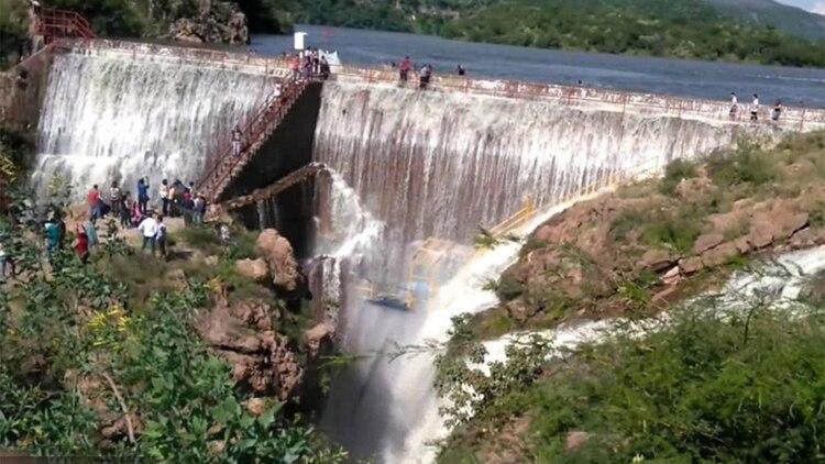 Una mujer cayó de una cascada en Aguascalientes por tomarse una selfie. (Foto: Archivo)