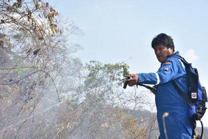 """Evo Morales, en la zona de los incendios forestales de las últimas semanas. Algunos analistas consideran que la negativa del gobierno a declarar el """"desastre ambiental"""" podría afectar la imagen del presidente camino a las elecciones"""