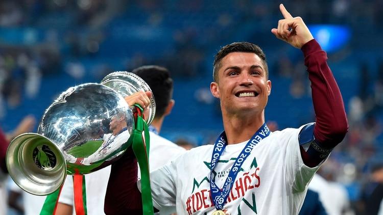 Cristiano Ronaldo con la Eurocopa que su Portugal ganó en Francia 2016 (Shutterstock)