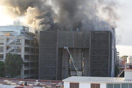 Un incendio se registró en el Centro de Control del Metro ubicado en la calle de Delicias. Bomberos de la capital han reportado un avance de más del 80 por ciento en el control del incendio (Foto: Luis Carbayo/CUARTOSCURO.COM).