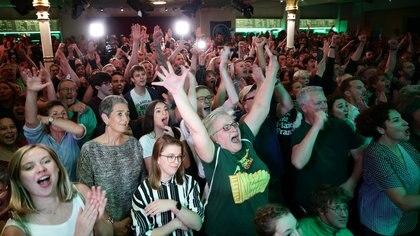 Seguidores del candidato del Partido Verde, Werner Kogler, reaccionan al cierre de las mesas electorales en Viena (REUTERS/Lisi Niesner).