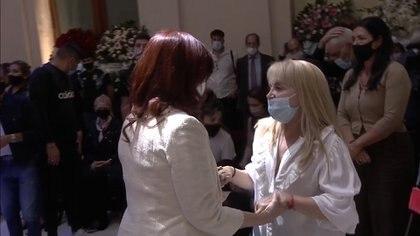 La presidenta abrazó a Claudia Villafañe y puso un rosario sobre el féretro
