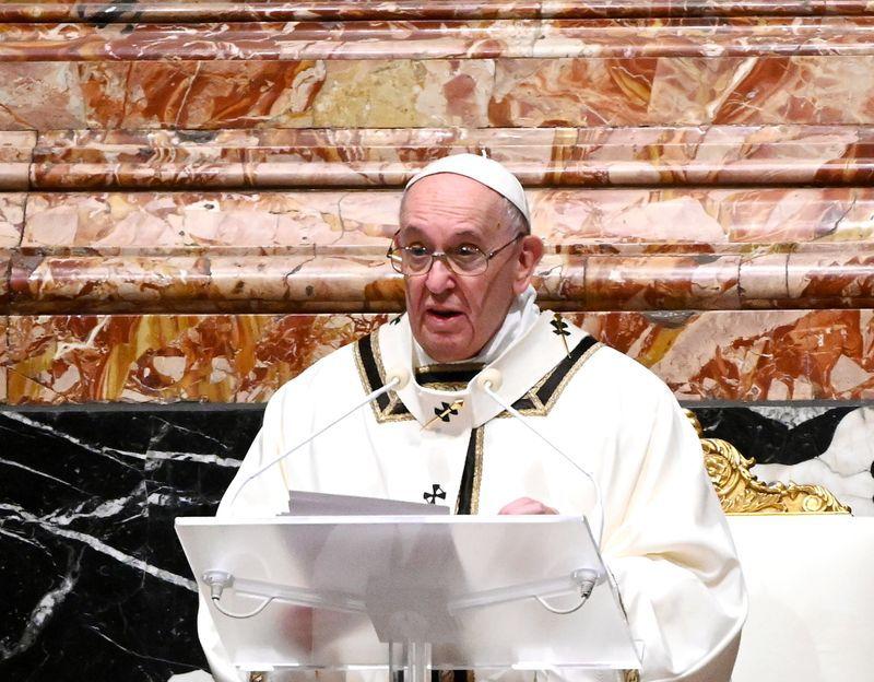 IMAGEN DE ARCHIVO: El Papa Francisco dirige la misa de Nochebuena en la Basílica de San Pedro en el Vaticano el 24 de diciembre,  2020.  Vincenzo Pinto/Pool via REUTERS