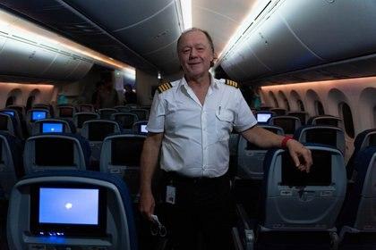 Piñeyro en la cabina de su avión, comprado el año pasado a Aeroméxico. Foto: Franco Fafasuli.