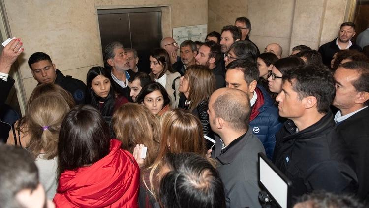 Los dirigentes esperando para entrar a la sala de audiencias (Adrián Escandar)