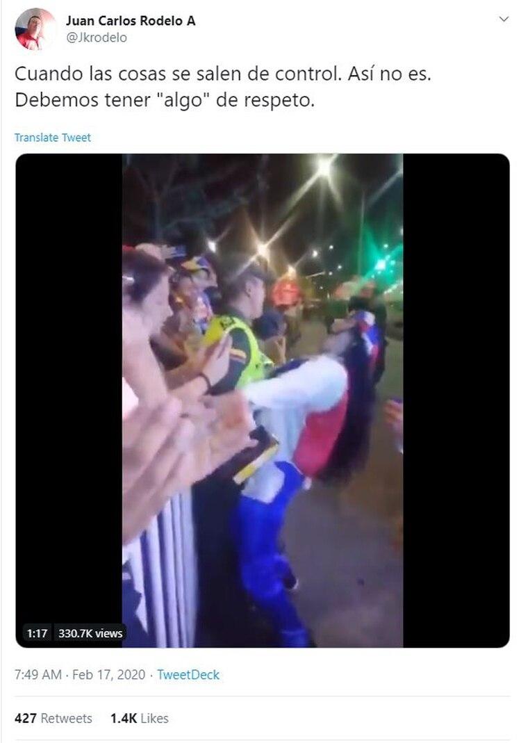 Mujer acosa sexualmente a un policía durante los Carnavales de Barranquilla (Twitter)