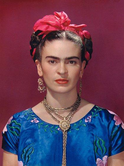 Frida y una blusa de satin azul
