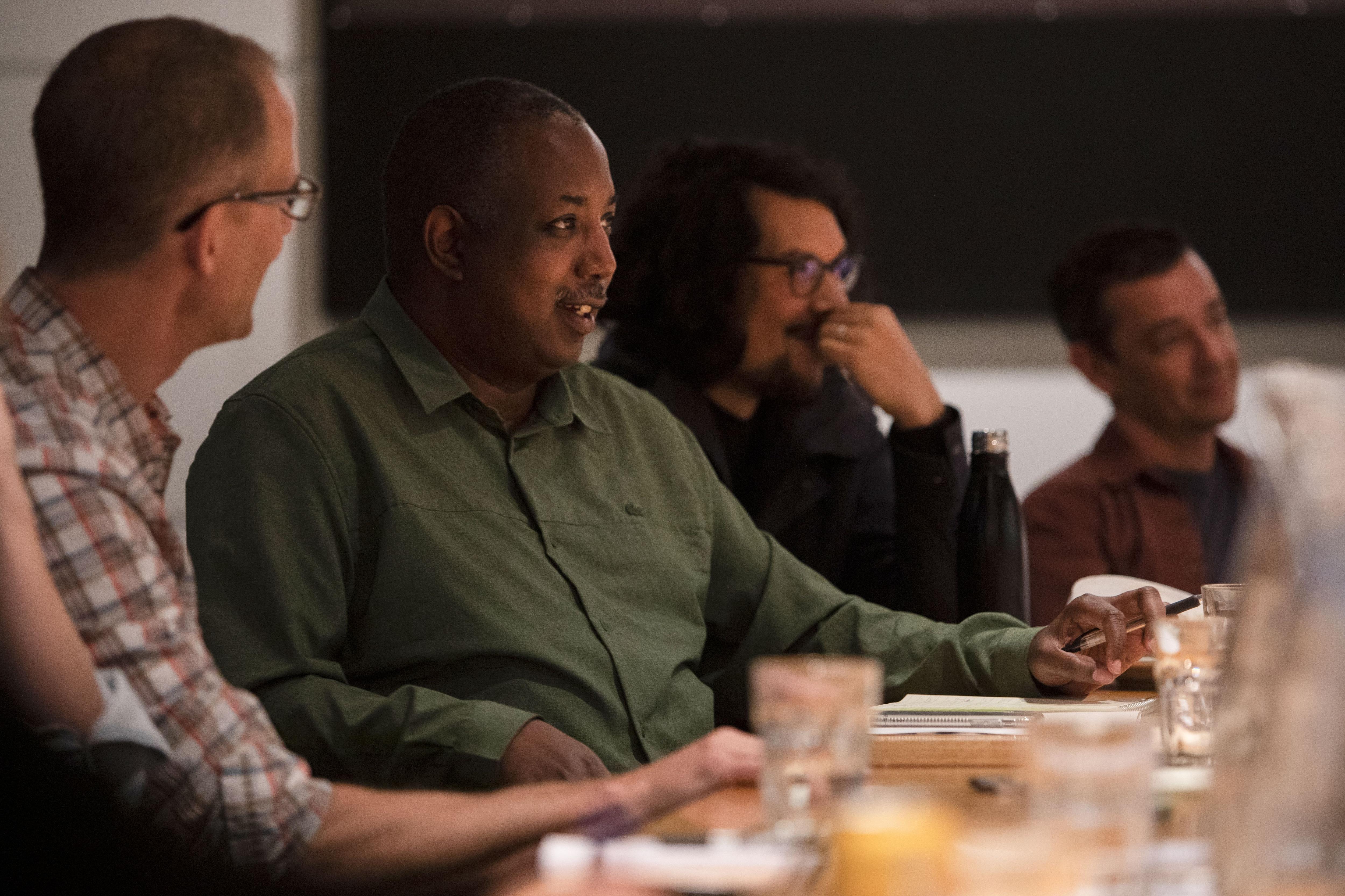 Kemp Powers, el primer director afroamericano en dirigir una película de Pixar, durante una reunión de Soul