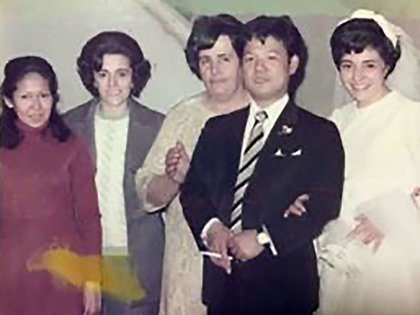 En el casamiento de unos amigos, la maestra Miriam a la izquierda.