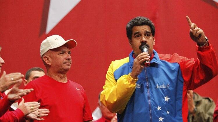 Hugo Carvajal, con Nicolás Maduro (AFP)