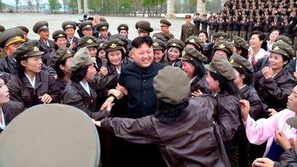 Kim Jong-un rodeado de mujeres (AFP)