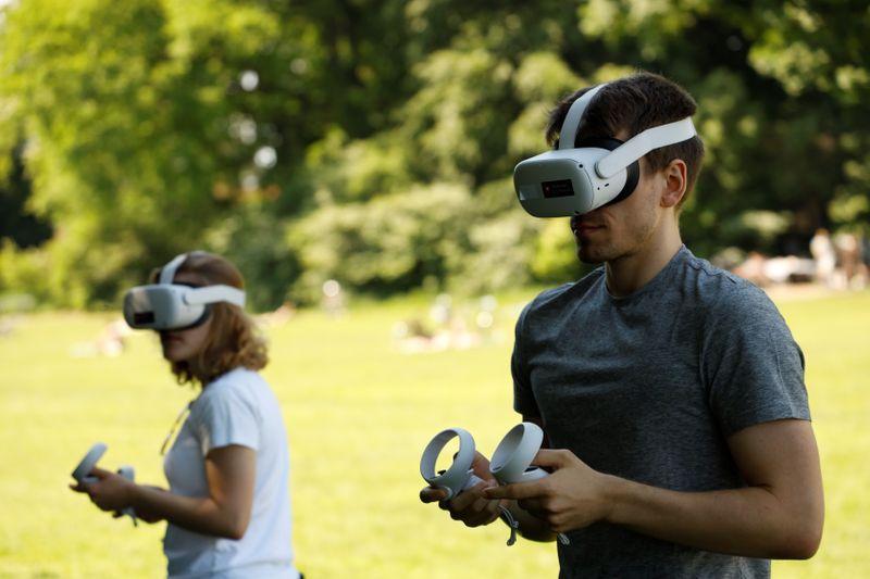 Foto de archivo de Adam y Rebecca participando en un experimento de realidad virtual y COVID-19 en Copenhague.  Jun 6, 2021. REUTERS/Tim Barsoe