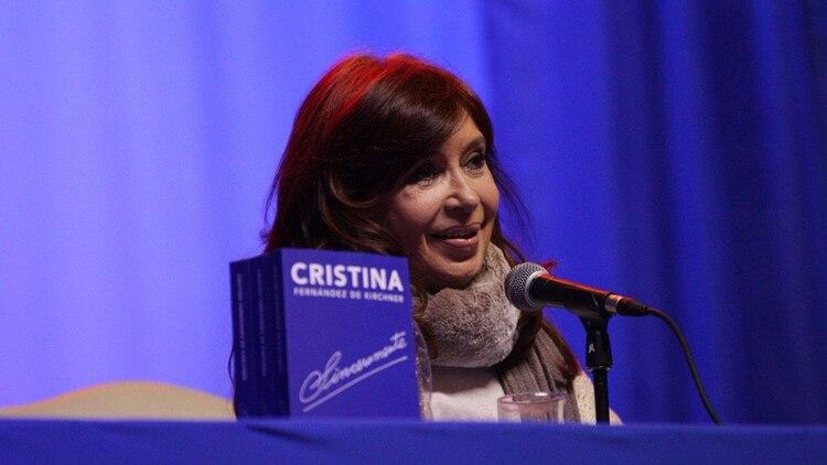 Cristina Fernández hace campaña como recomienda el Manual: sin aparato, sin parafernalia y en zonas comerciales. (@UniCiudadanaAR)