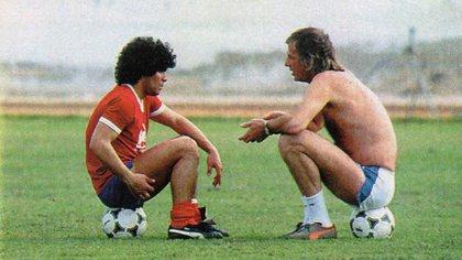 Diego Armando Maradona conversando con Cesar Luis Menotti en un entrenamiento.