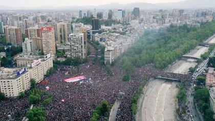 """Más de un millón de personas participó de """"la marcha más grande de Chile"""" (AFP)"""