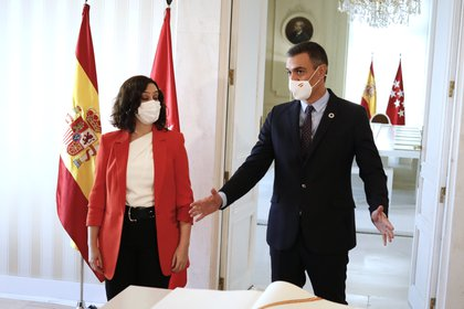 Pedro Sánchez junto a la presidenta de la Comunidad de Madrid, Isabel Díaz Ayuso, tras firmar en el libro de visitas de la comunidad antes su reunión en la sede de la Presidencia regional, en Madrid (España), a 21 de septiembre de 2020 (EUROPA PRESS/J. Hellín)