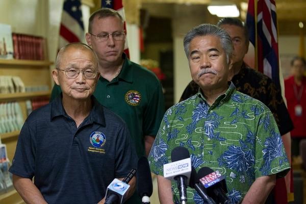 El gobernador David Inge, a la derecha, ofrece disculpas por el error ocurrido el sábado por la mañana (AP)