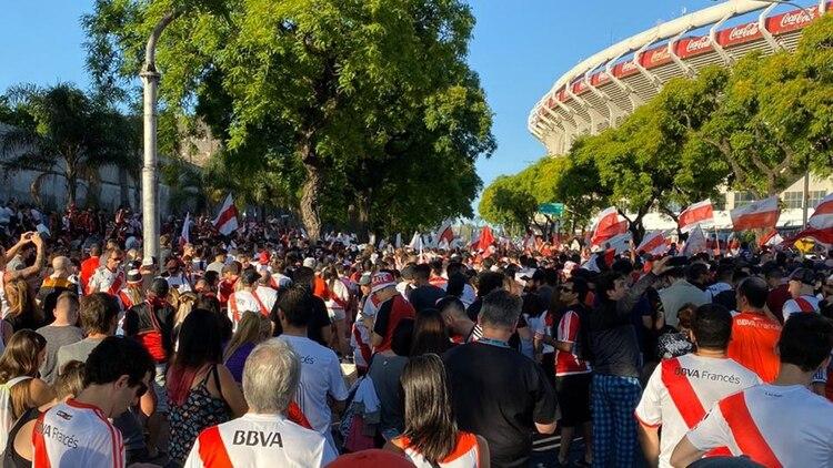 La multitud congregada junto al Monumental