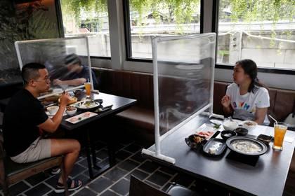 Un restaurant en Taiwán, con mamparas de plástico para separar a los comensales