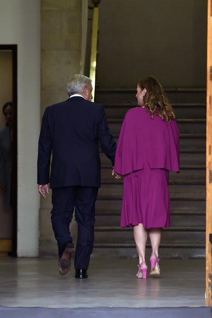 El presidente mexicano Andrés Manuel López Obrador y su esposa Beatriz Gutiérrez se retiran luego de la presentación del segundo informe anual de su gobierno en el Palacio Nacional de la Ciudad de México el 1 de septiembre de 2020 (Foto: AFP).