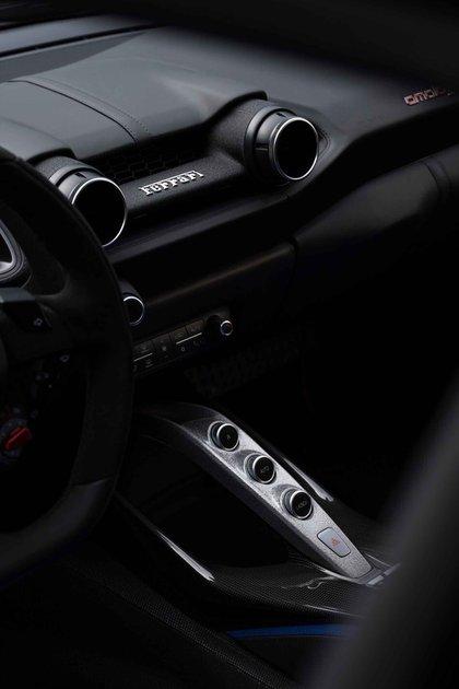 El interior tiene algunas partes metálicas que reproducen el estilo de los GT de los años 50.