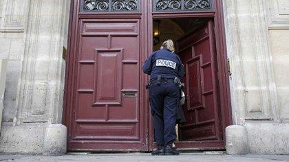 Detrás de esas puertas coloradas está el apartamento de lujo en el que KIm Kardashian fue asaltada en 2016 (Reuters)