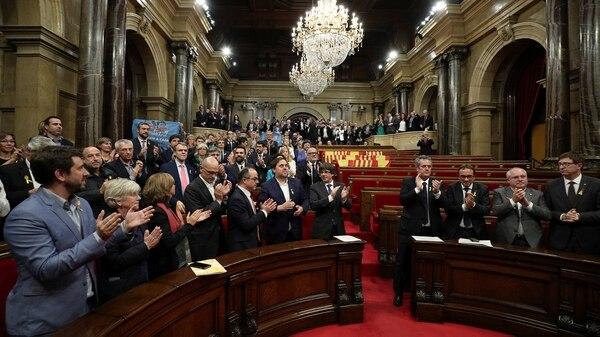 Tras la votación, hubo aplausos en el Parlamento catalán (Reuters)