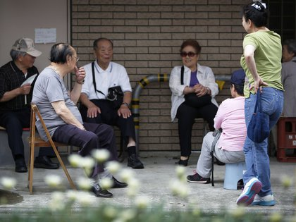 Pacientes conversan mientras esperan la apertura de una clínica ortopédica en Kawasaki, Prefectura de Kanagawa, el viernes 11 de julio de 2014 (Bloomberg)
