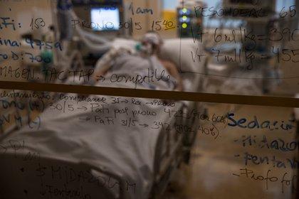 Vista de las notas tomadas por el personal médico del Hospital Militar en la puerta de la habitación de un paciente con COVID-19 que permanece entubado, el 2 de junio de 2020, en Santiago (Chile). EFE/Alberto Valdés